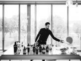 Barman em preparativo de mesa na Quinta da Quintã - Quinta da Quintã