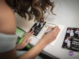 Convidados a deixar a dedicatória no livro de oferta aos noivos - Wonder Moments