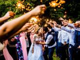 Saída dos noivos com Sparklers, fogo na saída dos noivos da igreja - The Foreigners Studio