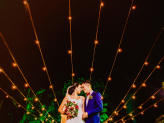 Casamento com luzes amarelas no céu - The Foreigners Studio