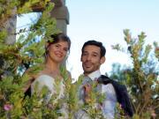 Casal de noivos a espreitas entre a ramagem de jardim - Isilda Murteira Fotografia
