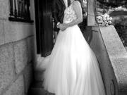 Noivos em escadaria, onde a noiva mostra o vestido de noiva - Isilda Murteira Fotografia