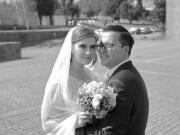 Casal de noivos em pose numa praça - Isilda Murteira Fotografia