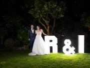 Foto noturna de noivos junto a letras com as suas iniciais - Isilda Murteira Fotografia