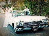 Noivos em pose junto a carro de Filipe Alves - Filipe Alves Classics