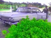 Casal de noivos junto a carro antigo de Filipe Alves - Filipe Alves Classics