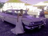 Casal de noivos em pose junto a carro de Filipe Alves - Filipe Alves Classics