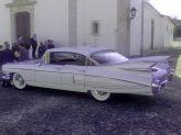 Carro antigo de Filipe Alves estacionado junto a igreja à espera dos noivos - Filipe Alves Classics