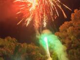 Finalizar o corte do bolo com fogo de artificio  - A. Veiga Casamentos Mágicos