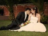 Noivo beijando ombro da noiva, fotografados por Foto Gão Vasco - Foto Grão Vasco