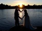 Noivos junto a lago em pose romântica, fotografados por Foto Aguiarense, em que os braços do casal forma um coração - Foto Aguiarense