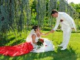 Gentil noivo estendendo a mão a noiva num belo jardim em fotografia de Foto Aguiarense - Foto Aguiarense