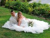 Casal de noivos sentados na relva em pose para Foto Aguiarense - Foto Aguiarense