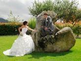 Noivo e noiva em foto de jardim com Foto Aguiarense - Foto Aguiarense