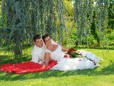 Casal de noivos em pose no exterior ajardinado fotografado por Foto Aguiarense - Foto Aguiarense