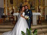 Noivos na igreja em frente a altar, fotografados por Foto Aguiarense - Foto Aguiarense