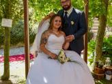Casal de noivos fotografados por Foto Aguiarense em pose no jardim - Foto Aguiarense