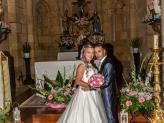 Noivos em frente ao altar, com noiva a segurar o ramo, fotografados por Foto Aguiarense - Foto Aguiarense
