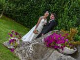 Casal de noivos em pose em jardim florido numa fotografia de Foto Aguiarense - Foto Aguiarense